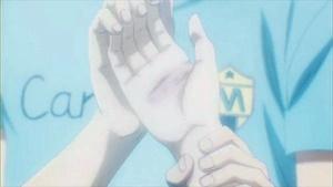 握りしめた爪が手のひらに食い込んで