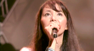 コンサートで歌う竹内まりや