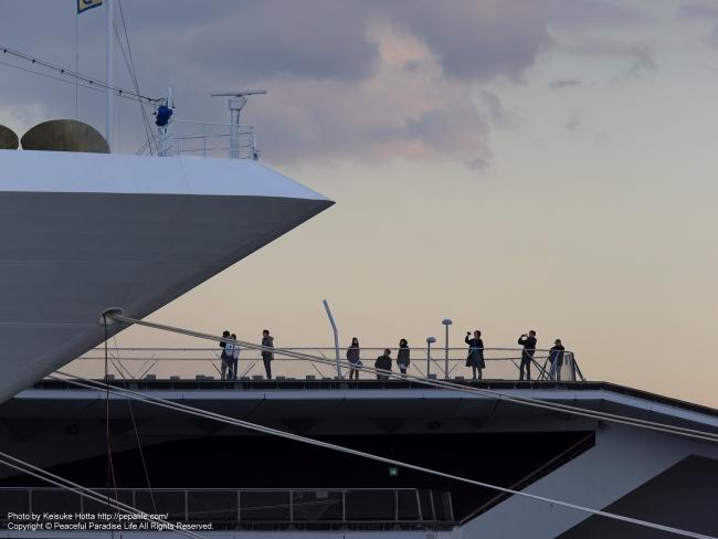 コスタアトランチカの船首と人々