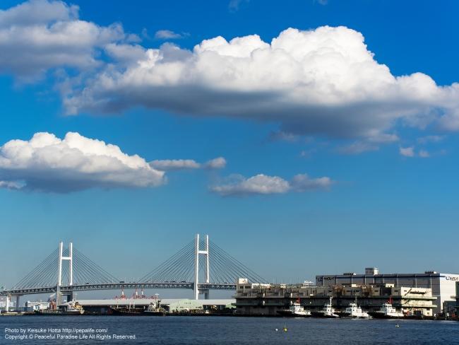 港の空(横浜港とベイブリッジ)