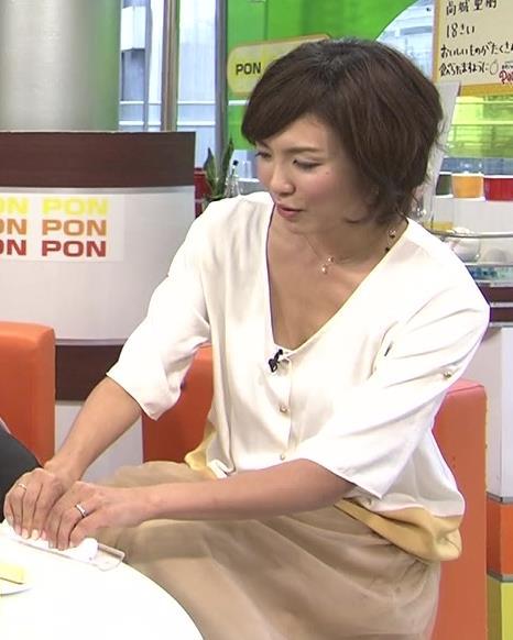 杉上佐智枝 胸元がゆるい服キャプ画像(エロ・アイコラ画像)