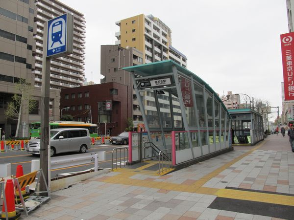 開業時からあるA2a出入口(手前)と2003年に増設されたA2b出入口(奥)