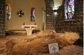 聖ペトロ首位権教会には「メンザ・クリスティ」=「キリストの食卓」と呼ばれる岩があります。復活後のイエスがペトロたち弟子に食事を与えたとされる岩です